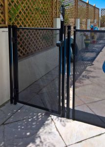 Self-closing, self-locking and key-lockable pool safety gate, MagnaLatch and TruClose hinges